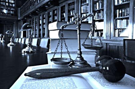 Symbool van wet en recht in de bibliotheek, recht en rechtvaardigheid concept, blauwe tint