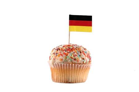 deutschland fahne: Cupcake mit Deutschland-Flagge auf dem wei�en Hintergrund