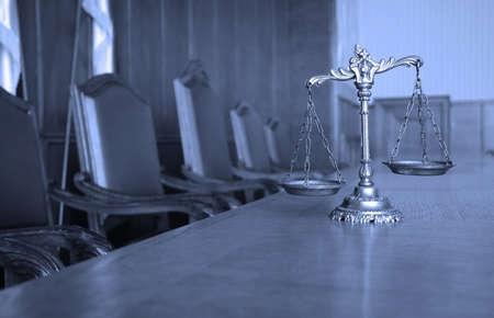 balanza justicia: S�mbolo de la ley y la justicia en la sala vac�a, TONO AZUL Foto de archivo