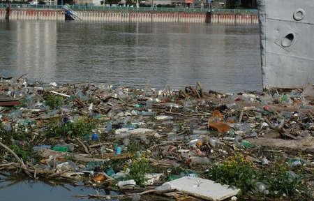 contaminacion del agua: botellas de basura y plásticos en el río