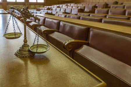 jurado: Símbolo de la ley y la justicia en la sala del tribunal, la ley y la justicia concepto vacío, se centran en las escalas