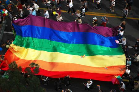 transexual: BELGRADO, SERBIA - 20 de septiembre, 2015: LGBT orientada gente que lleva una bandera en el desfile del orgullo Gay en Belgrado, Serbia