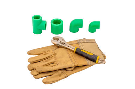 cañerías: tuberías de herramientas de fontanería, guante y Spaner sobre fondo blanco, el concepto de pisos y casas de reconstrucción