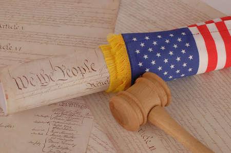 constituci�n pol�tica: Constituci�n de Estados Unidos, el mazo y la bandera americana Foto de archivo