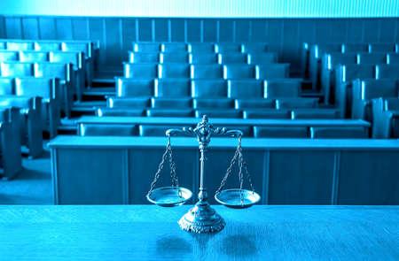 jurado: Símbolo de la ley y la justicia en la sala vacía, se centran en las escalas, tono azul