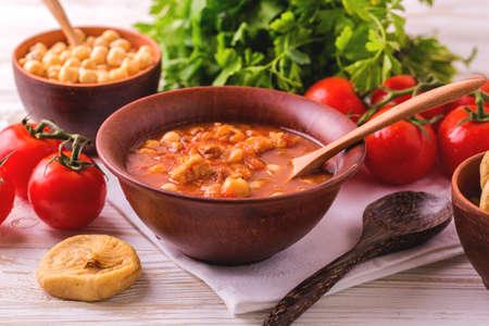 Maghreb tradizionale, zuppa di pomodoro marocchino e algerino Harira e ingredienti. Servito con i fichi. Il cibo Ramadan. Tradizionale cucina ebraica Archivio Fotografico - 80555892