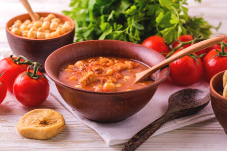 Traditionelle Maghreb, marokkanische und algerische Tomatensuppe Harira und Zutaten. Serviert mit Feigen. Ramadan Essen. Traditionelle jüdische Küche Standard-Bild - 80555892