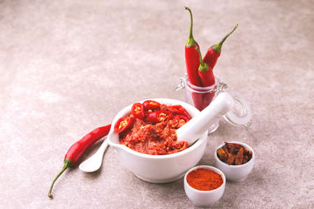 Traditionelle Maghrebi Hot Chili Pfeffersauce Paste Harissa. Tunesien und arabische Küche adjika Standard-Bild
