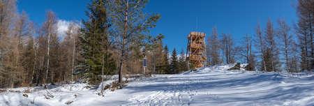 Tourist observation tower in the resort of ?wierad?w Zdr?j - Czerniawka Kopa Banque d'images