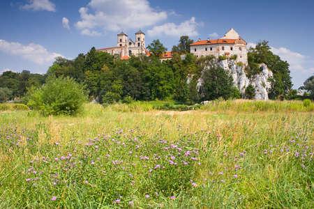 benedictine: Monasterio benedictino y la iglesia de San Pedro y Pablo en la colina rocosa junto al r�o V�stula en Tyniec cerca de Cracovia, Polonia