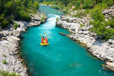 緑の渓谷、アランヤ、トルコでラフティング 報道画像