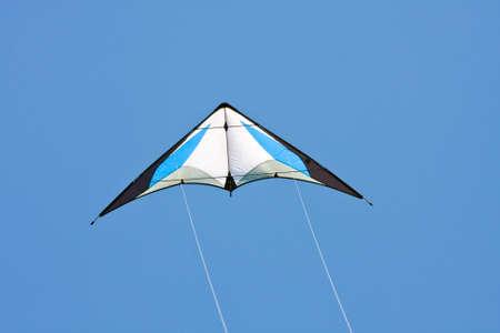 風の中でカラフルな凧