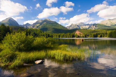 山脈高タトラ山脈のスロバキアの湖