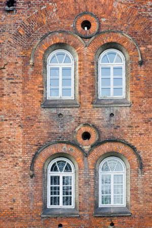 backstairs: Vecchio muro di mattoni con Bianco di Windows Archivio Fotografico