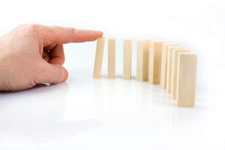 Main et pièces qui tombent sur fond blanc Banque d'images