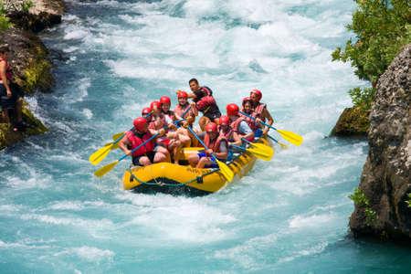 perseverar: Green Canyon, TURQU�A - 10 de julio Personas no identificadas disfrutar de un d�a de rafting en aguas bravas el 10 de julio de 2009 en el r�o Manavgat en Turqu�a Editorial