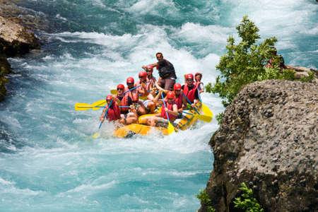 Green Canyon, Türkei - 10. Juli Unbekannte Personen genießen Sie einen Tag Wildwasser-Rafting am 10. Juli 2009 auf dem Manavgat Fluss in der Türkei