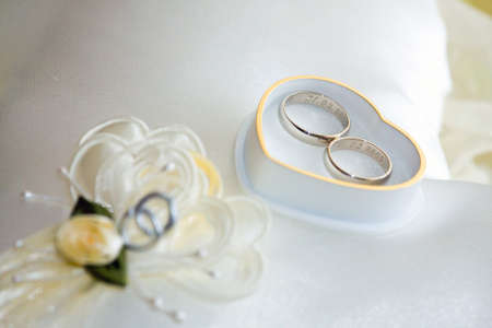bodas de plata: anillos de bodas de oro con caja en forma de coraz�n Foto de archivo