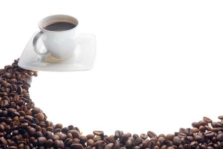 Tasse à café et des céréales sur fond blanc