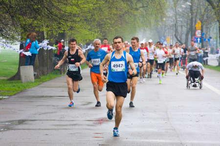 クラクフ、ポーランド - クラクフ、ポーランドで 2013 年 4 月 28 日に市内の路上で 4 月 28 日クラコビア マラソン ランナー 報道画像