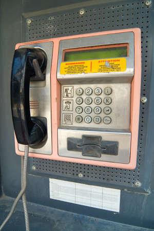 cabina telefono: Teléfono tradicional en la pared Foto de archivo