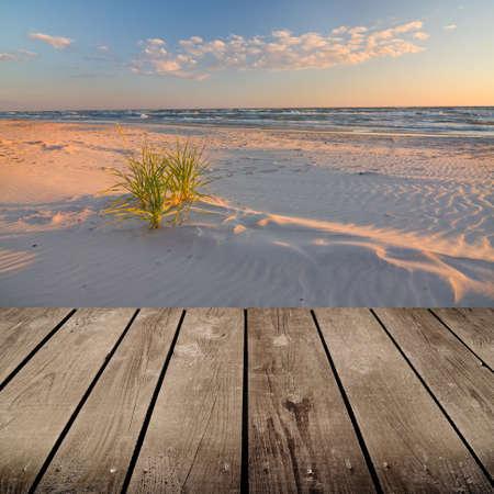 Zonsondergang en lege houten dek tafel klaar voor product montage weergave Stockfoto