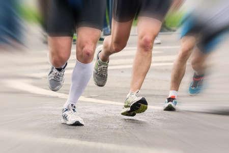 マラソン レースのスタートでランナーの足の詳細