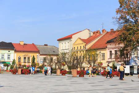 nascita di gesu: Wadowice, Polonia - 7 settembre 2014: I turisti visitano il centro della città di Wadowice. Wadowice è il luogo di nascita di Papa Giovanni Paolo II