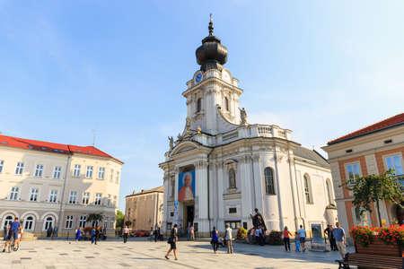 Wadowice, Polen - 7. September 2014: Touristen besuchen die Stadt Zentrum von Wadowice. Wadowice ist der Geburtsort von Papst Johannes Paul II Standard-Bild - 34636737
