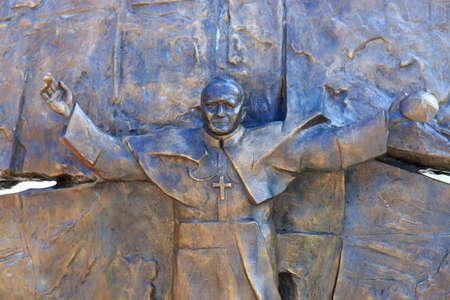 nascita di gesu: Wadowice, Polonia - 7 settembre 2014: Scultura di Papa Giovanni Paolo II nel centro della città di Wadowice, luogo di nascita di Papa Giovanni Paolo II Editoriali