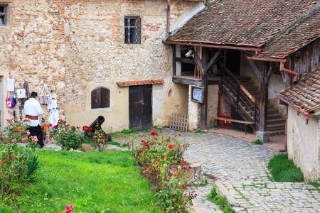 ルシュノフ、ルーマニア - 2014 年 7 月 16 日: 観光客はルシュノフ中世の城を訪れます。1211 と 1225年の要塞が建てられました。 報道画像
