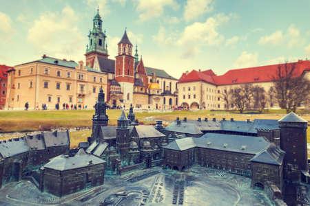braille: modelo del castillo real en Cracovia con edificios reales en el fondo, el sistema Braille Editorial