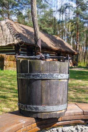 seau d eau: vieux seau en bois, puits d'eau