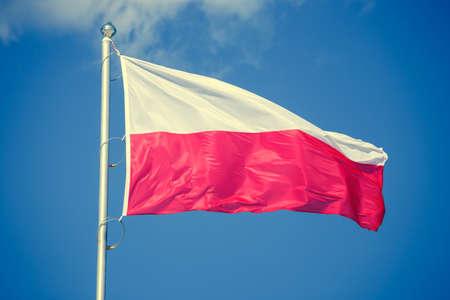 bandera de polonia: bandera polaca sobre fondo azul cielo, mirada de la vendimia Foto de archivo