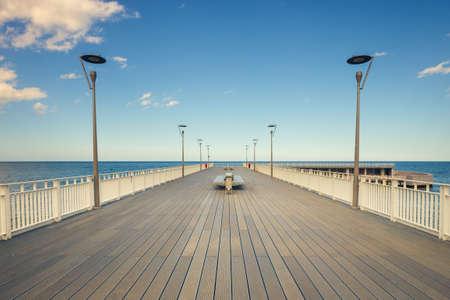 ヴィンテージ効果を持つコウォブジェクで対称の木製桟橋
