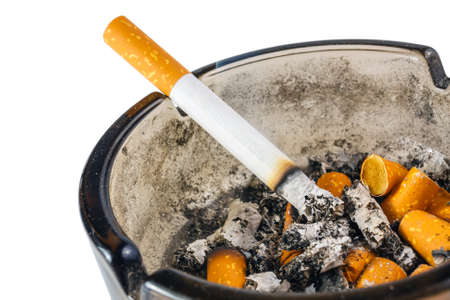 rape: Ciérrese para arriba de cigarrillo en cenicero en el fondo blanco