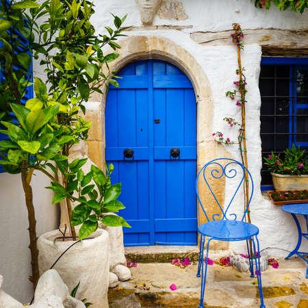 Narrow street in the village of Kritsa near Agios Nikolaos, Crete, Greece 版權商用圖片 - 82684762