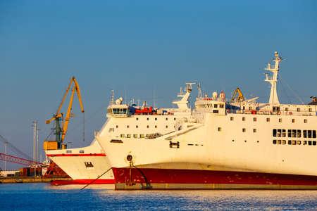 schip in de zeehaven van Heraklion op Kreta, Griekenland Stockfoto