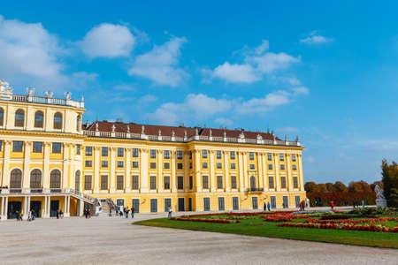 Schonbrunn 궁전에서 비엔나. 바로크 궁전은 옛 제국의 여름 거주지로 오스트리아 비엔나에 있습니다. 스톡 콘텐츠