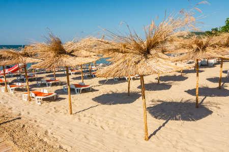 Straw umbrella on empty seaside beach, Bulgaria Stockfoto