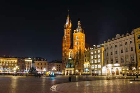 Krakow, Poland, February 16, 2019: St. Mary's Church at night in Krakow, Poland Zdjęcie Seryjne - 128136823