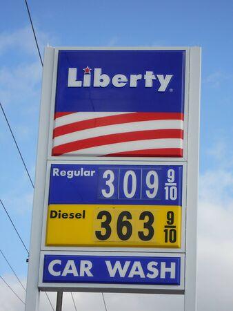 LEWISTONIDAHOUSA _ economia mondiale in pericolo a causa di libico e altre crisi medeast, il prezzo elevato del Gas nel Regno SDtates regolarmente sopra 309. galon e diesen 363 al distributore di benzina Liberty in USA 25 febbraio 2011