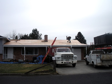 idaho state: LEWISTONIDAHOUSA _ Male contructions worker working on roof  may new job creation in Idaho state 4 March 2011