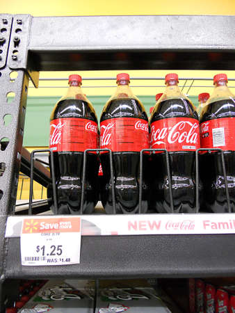 walmart: CLARSTONWASHINGTON estado USA _Family botella coca cole 1,25 Centro para botella en Walmart 5 de marzo de 2011
