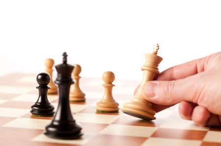ajedrez: Jugar al ajedrez - mano que se mueve rey blanco