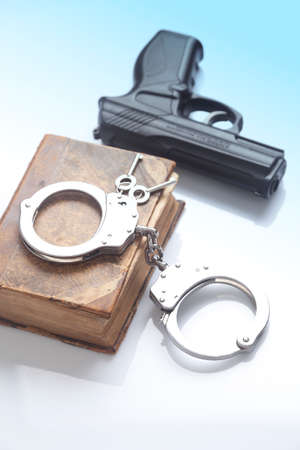 penal: Handcuffs, gun and the old Penal Code Stock Photo