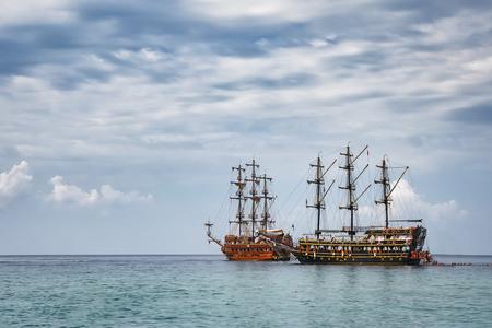 Twee schepen in de zee bij bewolkt weer Stockfoto - 90091452