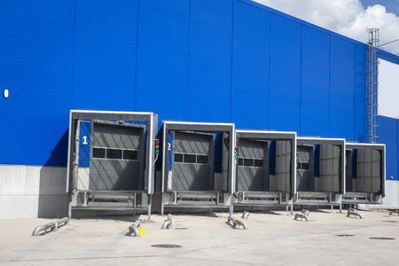 Quai de chargement dans un entrepôt. centre logistique moderne. stations d'accueil d'un centre de distribution Banque d'images