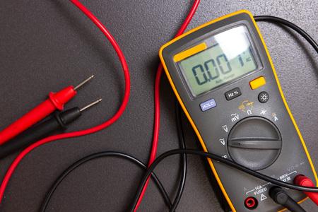 Multimetr elektryczny. Urządzenie do pomiaru elektrycznego. Narzędzie elektryka do pomiarów