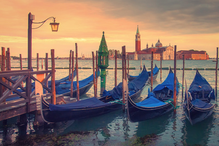 Venice landscape with gondolas at sunset, Italy. Beautiful view on San Giorgio di Maggiore church in Venice, Italy Standard-Bild